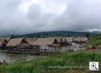 Foto: Schwimmende Restaurantboote bei Phu Khiao