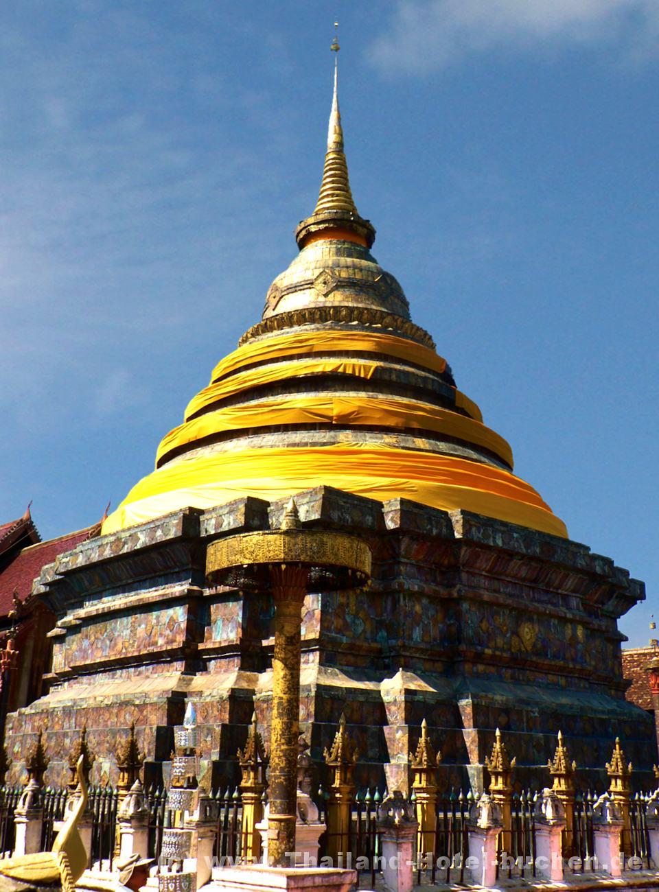 Foto: Buddhistische Tempelanlage in Nordthailand (wat-phra-dhat in lampang)